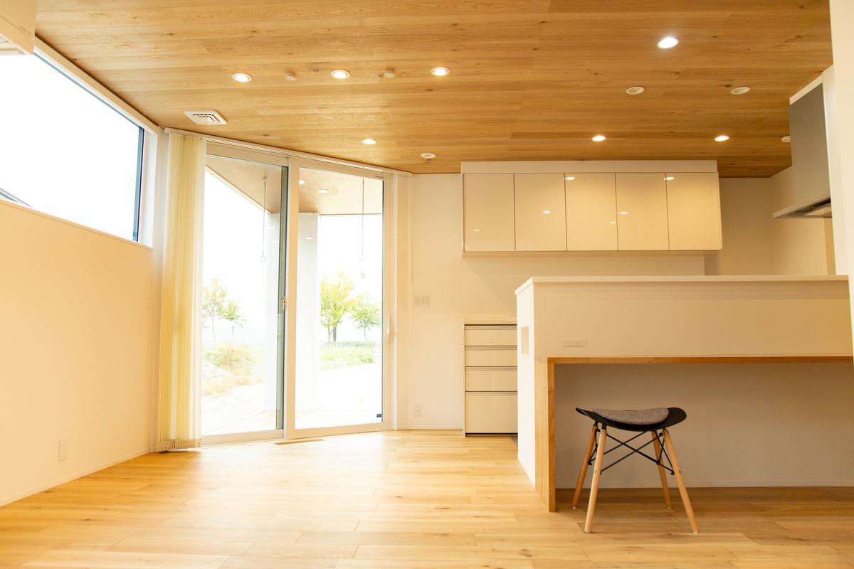 天井と床に無垢材を用いた明るく清潔感のあるキッチン空間