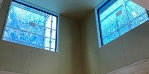 吹き抜けにある大きな窓